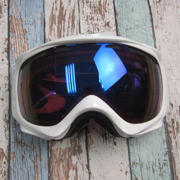 cfb0eb93e4 Oakley Elevate White Snow Ski Unisex Goggles OL82.  M 5bdb62d5c9bf50a3d854f4f8